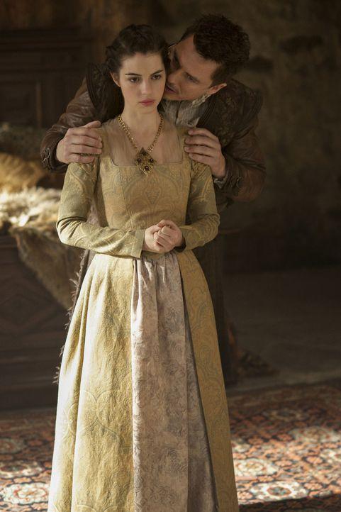Mary (Adelaide Kane, l.) muss sich dem Klananführer Munro (John Barrowman, r.) entgegenstellen, der Mörder nach Frankreich schickte, um Francis zu t... - Bildquelle: Sven Frenzel 2016 The CW Network, LLC. All rights reserved.