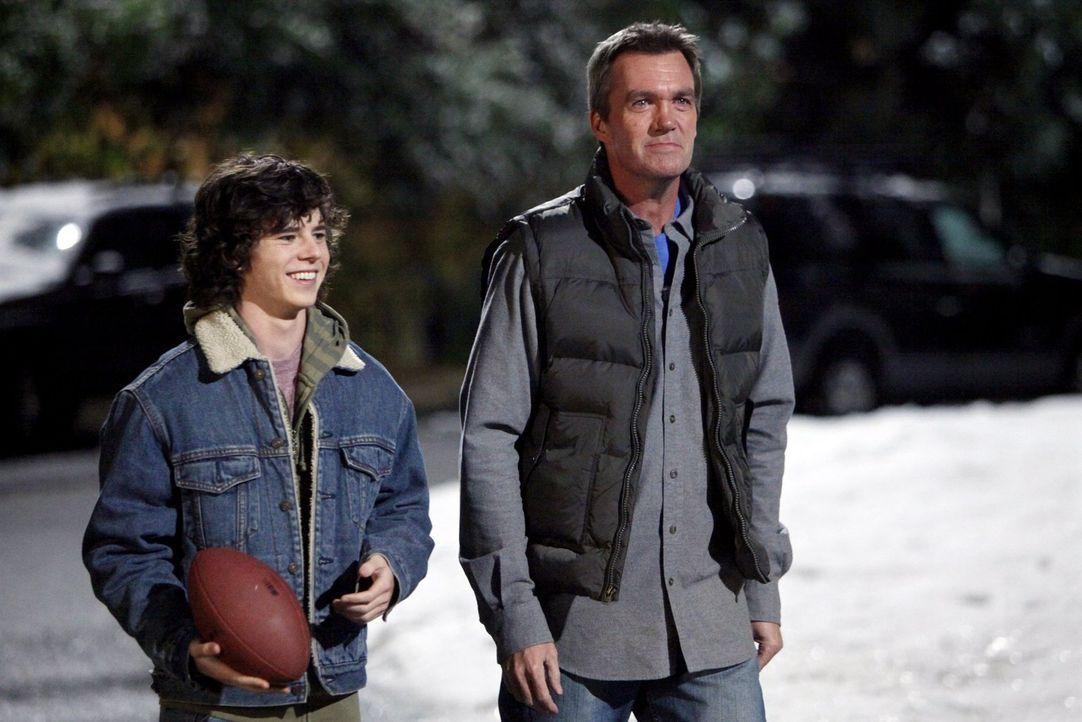 Axl (Charlie McDermott, l.) bemüht sich, freundlicher mit seinen Geschwistern umzugehen, während Mike (Neil Flynn, r.) sich gezwungen fühlt, Tante E... - Bildquelle: Warner Brothers