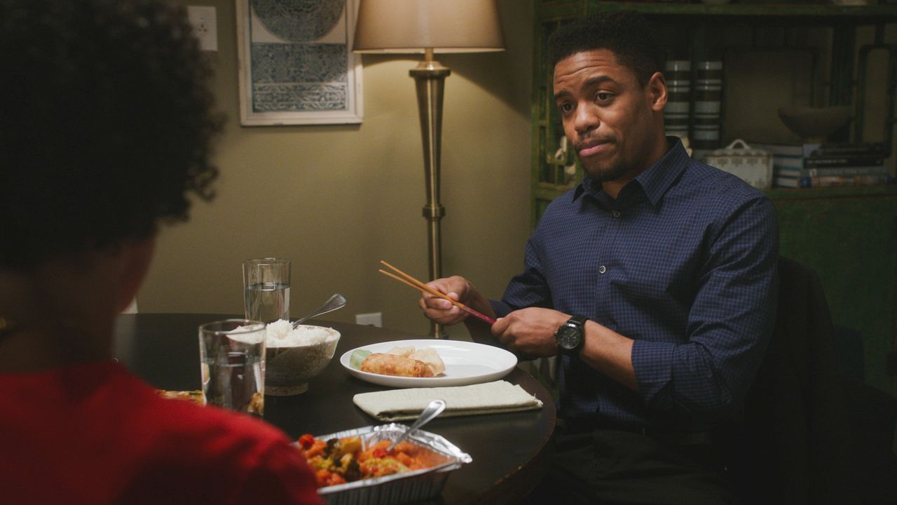 Bell (Jon Michael Hill) genießt die Zeit mit seiner Freundin, nicht ahnend, dass er damit zur Zielscheibe ihres Ex-Mannes wird ... - Bildquelle: 2017 CBS Broadcasting, Inc. All Rights Reserved.