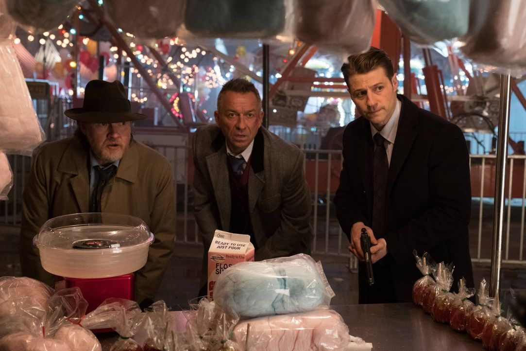 Versuchen alles, um Bruce zu retten, bevor Jerome seinen Plan zu Ende bringt und ihn tötet: Gordon (Ben McKenzie, r.) Bullock (Donal Logue, l.) und... - Bildquelle: Warner Brothers
