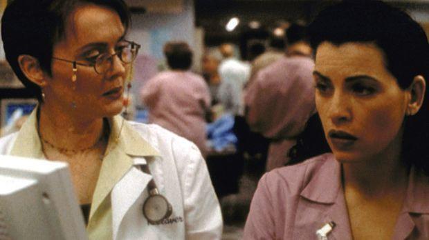 Kerry Weaver (Laura Innes, l.) und Carol Hathaway (Julianna Margulies) können...