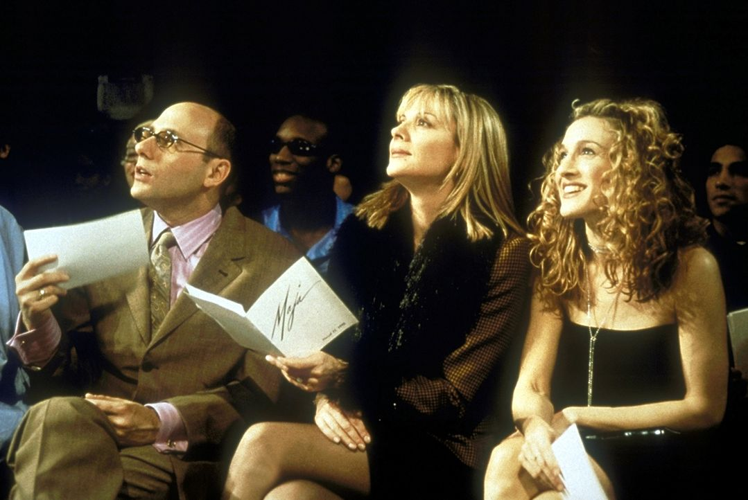 Stanford (Willie Garson, l.), Samantha (Kim Catrall, M.) und Carrie (Sarah Jessica Parker, r.) begutachten auf dem Laufsteg die Models und staunen n... - Bildquelle: Craig Blankenhorn 1998 HBO