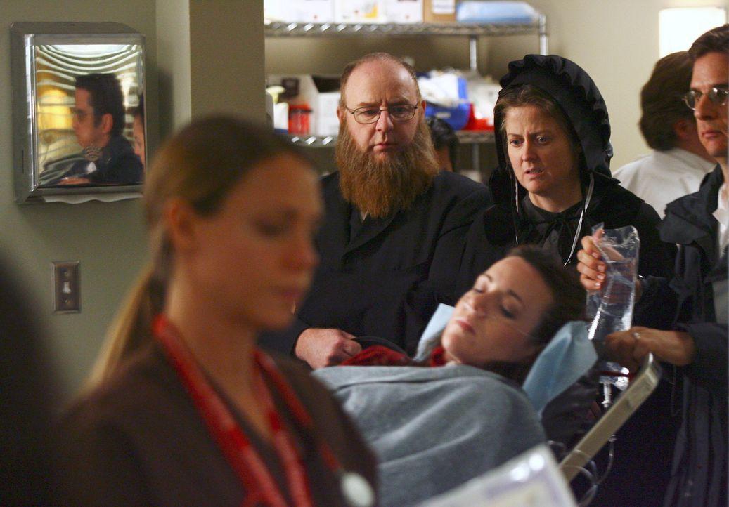 Jilly (Jessica Stroup, liegend) hat einen unheilbaren Tumor,  und eigentlich möchte sie nach Hause, in die Amisch-Gemeinde ihrer Eltern (Michael P.... - Bildquelle: Touchstone Television
