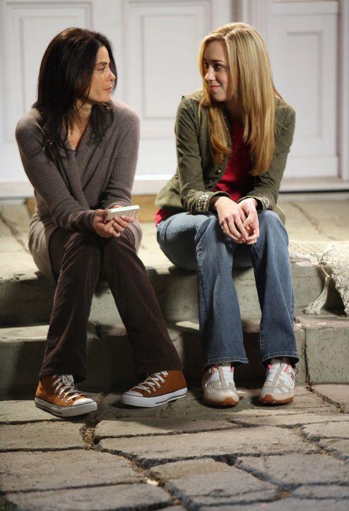 Susan (Teri Hatcher, l.) erzählt Julie (Andrea Bowen, r.), was sie über Austin herausgefunden hat ... - Bildquelle: 2005 Touchstone Television  All Rights Reserved