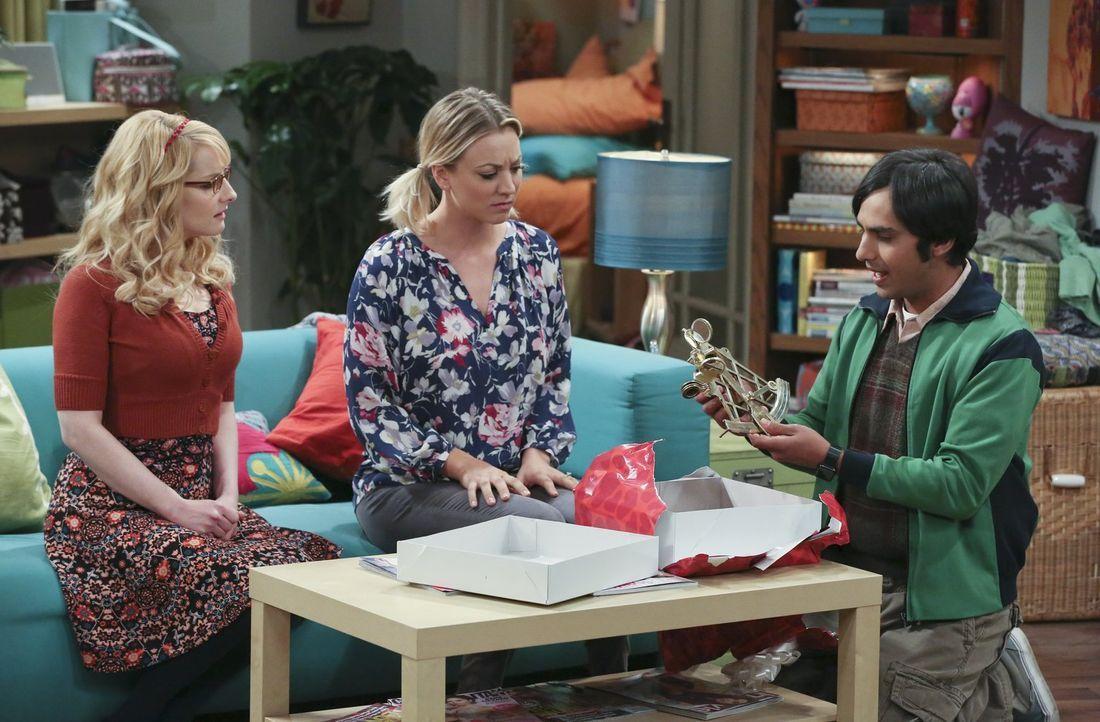 Weil Raj (Kunal Nayyar, r.) sich ein bisschen zu sehr über das Valentinstagsgeschenk seiner Verflossenen Emily freut, befürchten Penny (Kaley Cuoco,... - Bildquelle: 2016 Warner Brothers