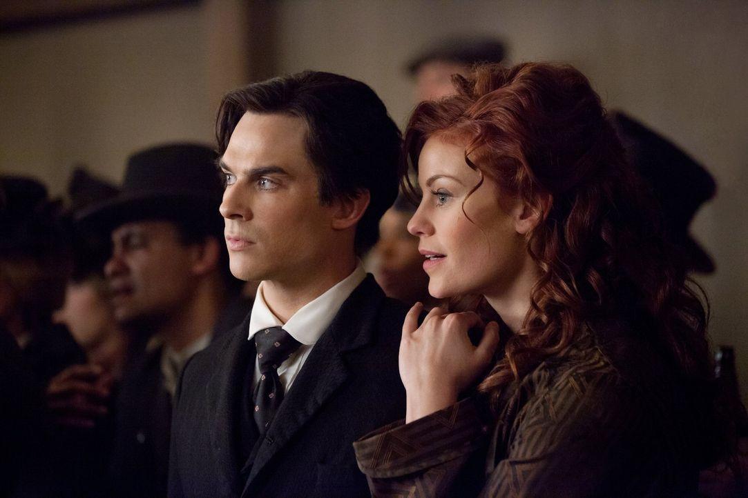 Damon (Ian Somerhalder, l.) erinnert sich an das Jahr 1912, in dem er auf die schöne Vampirin Sage (Cassidy Freeman, r.) traf ... - Bildquelle: Warner Brothers