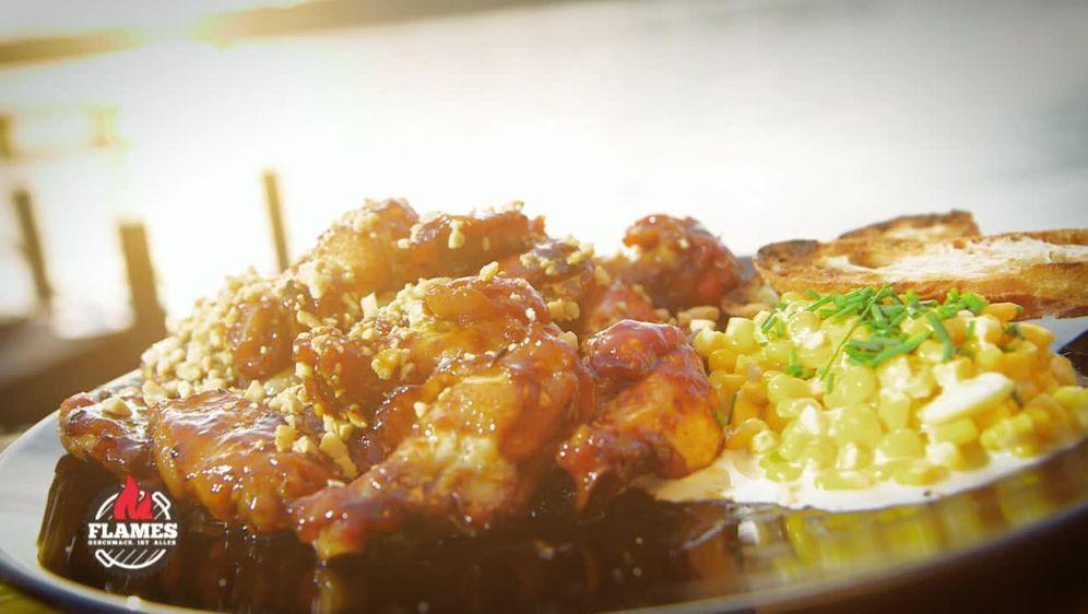 Süße Erdnuss BBQ-Chicken Wings mit Sweet Corn Parmesan Mais