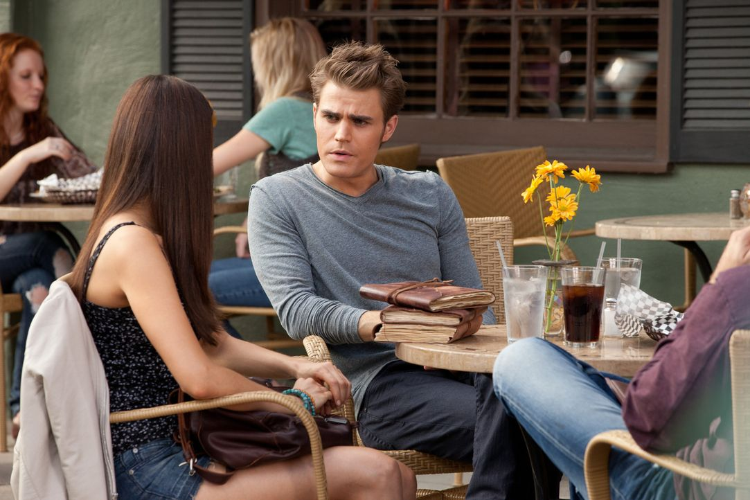 Elena (Nina Dobrev, l.) ist überrascht als Stefan (Paul Wesley, r.) plötzlich auftaucht ... - Bildquelle: Warner Bros. Television
