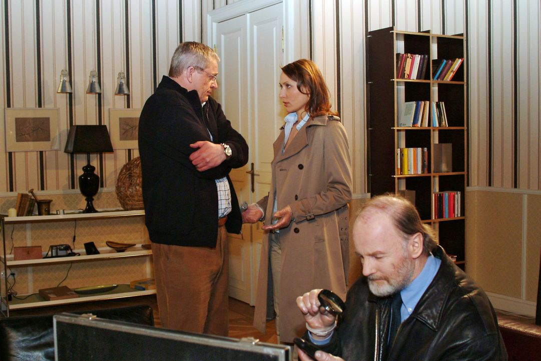 Als die Polizei Davids Zimmer nach möglichen Anhaltspunkten durchsucht, verliert Friedrich (Wilhelm Manske, l.) gegenüber Kommissarin Katarina Dorn... - Bildquelle: Monika Schürle Sat.1