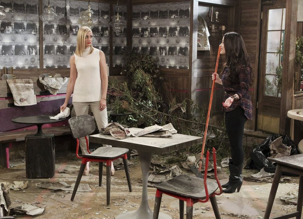 Noch haben Caroline (Beth Behrs, l.) und Max (Kat Dennings, r.) keine Vorstellung davon, wie ihr Road Trip mit Han sich entwickeln wird und was Oleg... - Bildquelle: Warner Bros. Television