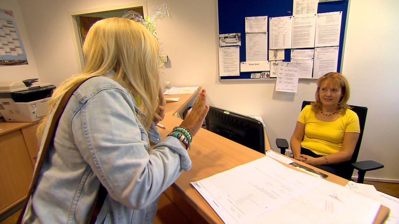 Julia Leischik (l.) macht sich auf die Suche nach Maik, um ihn im Auftrag von Claudia um Verzeihung zu bitten ... - Bildquelle: SAT.1