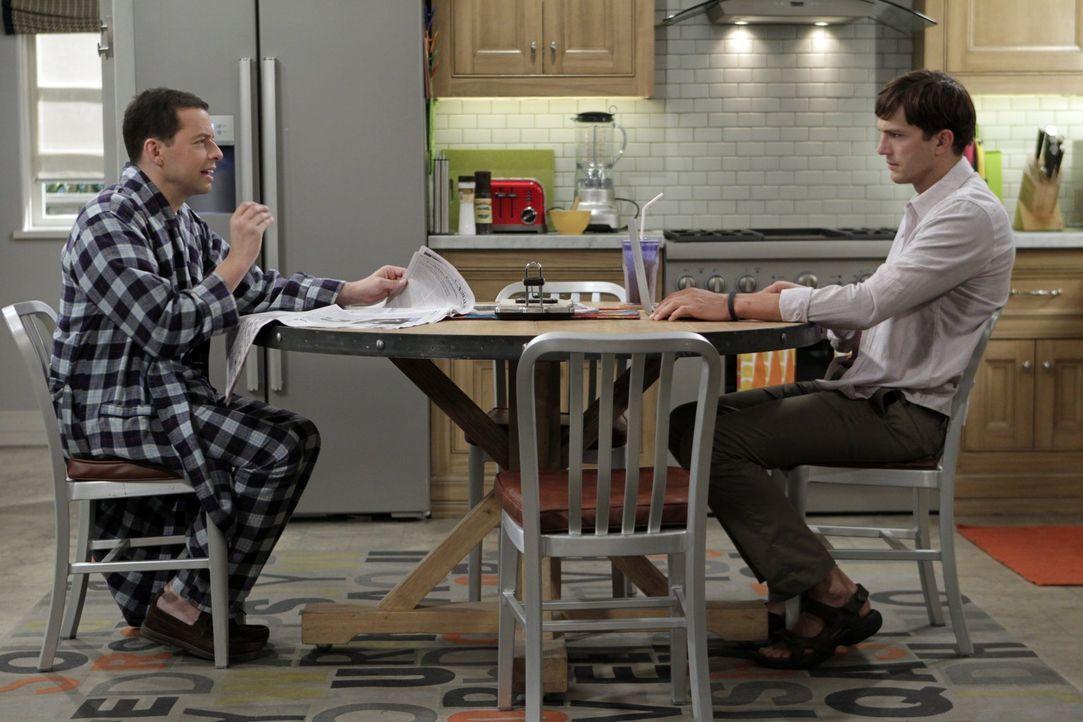 Walden (Ashton Kutcher, r.) nimmt die Trennung von Zoey so schwer, dass er einen Nervenzusammenbruch erleidet. Alan (Jon Cryer, l.) versucht, ihm zu... - Bildquelle: Warner Brothers Entertainment Inc.