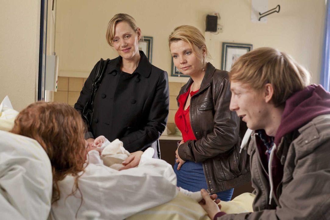 Die 19-jährige Larissa (Isolda Dychauk, l.) hat als Leihmutter das Kind von Familie Zöllner ausgetragen, doch die wollen das Baby plötzlich nicht me... - Bildquelle: Frank Dicks SAT.1