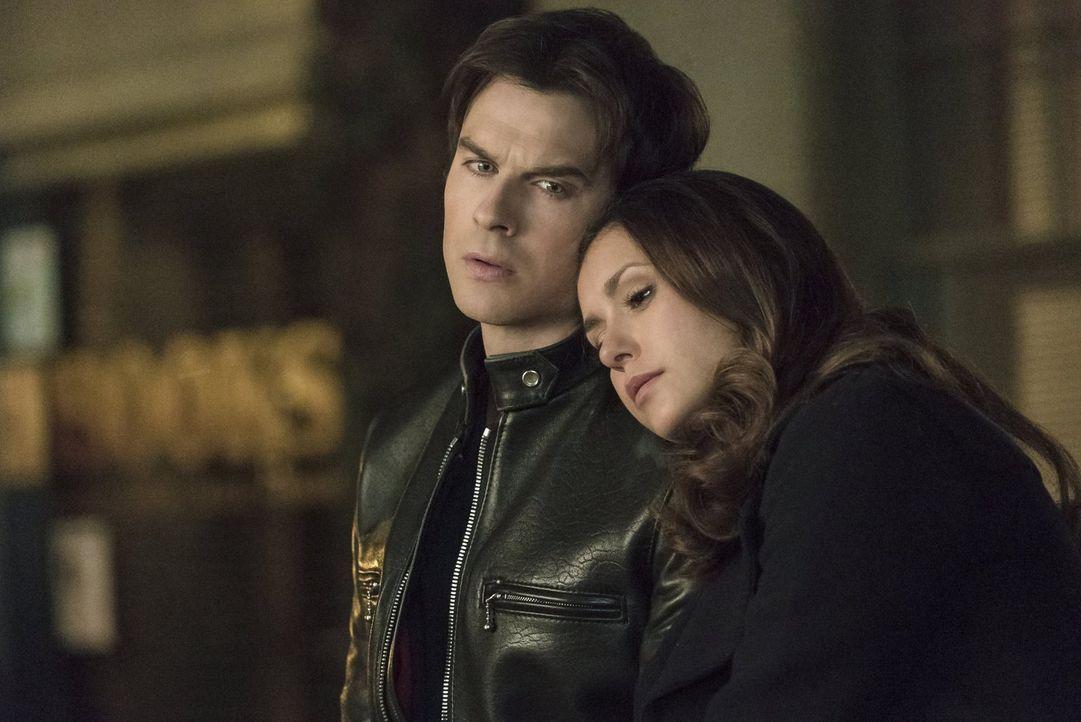 Während Damon (Ian Somerhalder, l.) und Elena (Nina Dobrev, r.) sowohl über die Vergangenheit, als auch über ihre Zukunft nachgrübeln, genießen Stef... - Bildquelle: Warner Bros. Entertainment, Inc