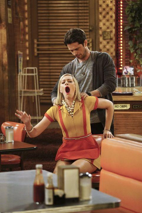 Caroline (Beth Behrs, l.) sagt nicht nein, als ein Masseur (Wes McGee, r.) ihr anbietet, sie zu massieren anstatt ihr Trinkgeld zu geben. Schließlic... - Bildquelle: 2016 Warner Brothers