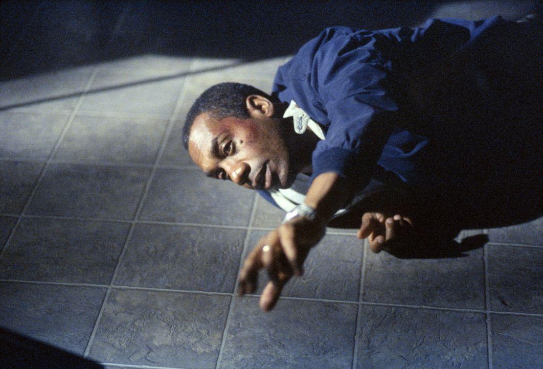 Der des Mordes an seiner Frau verdächtigte Staatsanwalt Martin Wells (Joe Morton) muss sich im Gefängnis vieles gefallen lassen. - Bildquelle: TM +   2000 Twentieth Century Fox Film Corporation. All Rights Reserved.