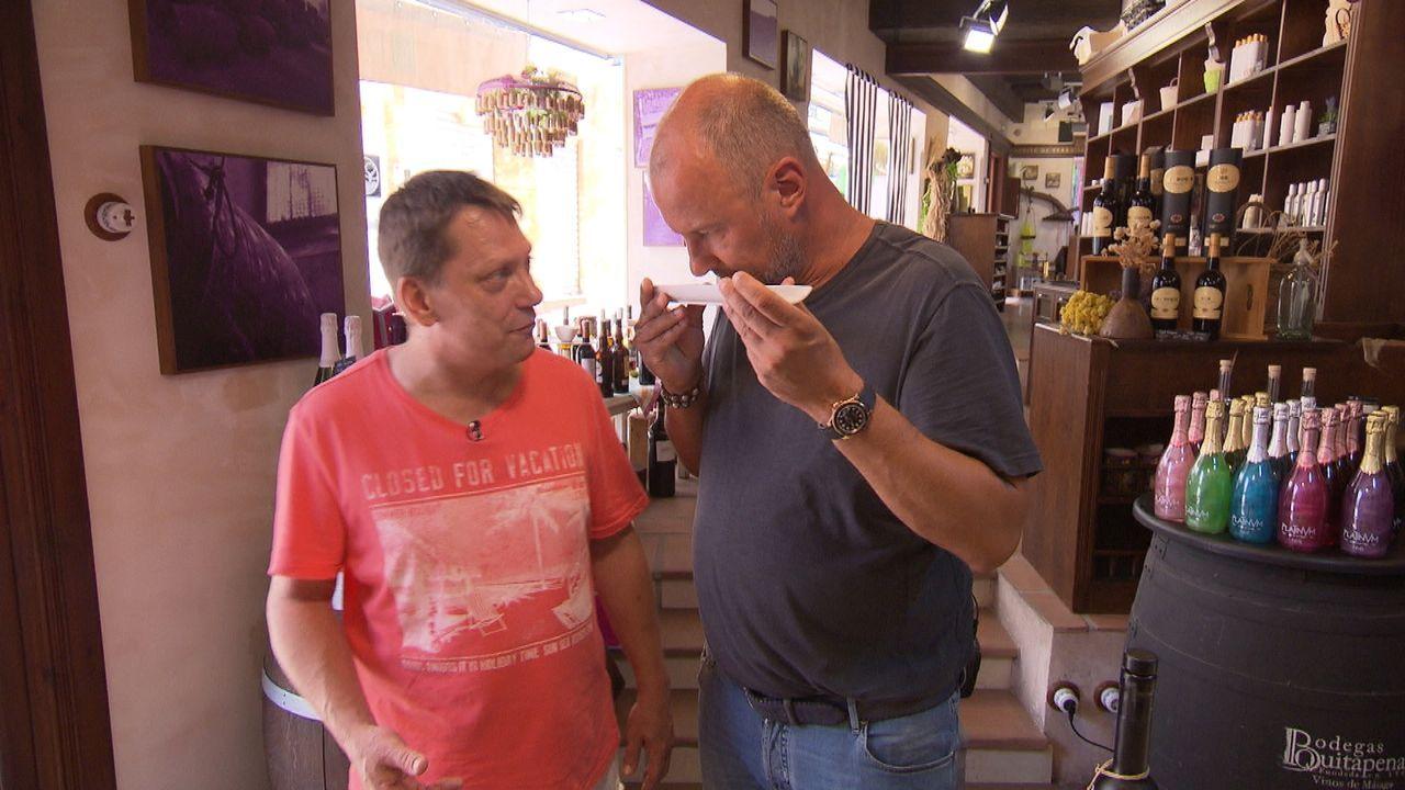 """In """"Rosin weltweit - Andere Länder, andere Fritten"""" greift Frank Rosin (r.) deutschen Auswanderern unter die Arme, deren Traum vom eigenen Restauran... - Bildquelle: SAT.1"""