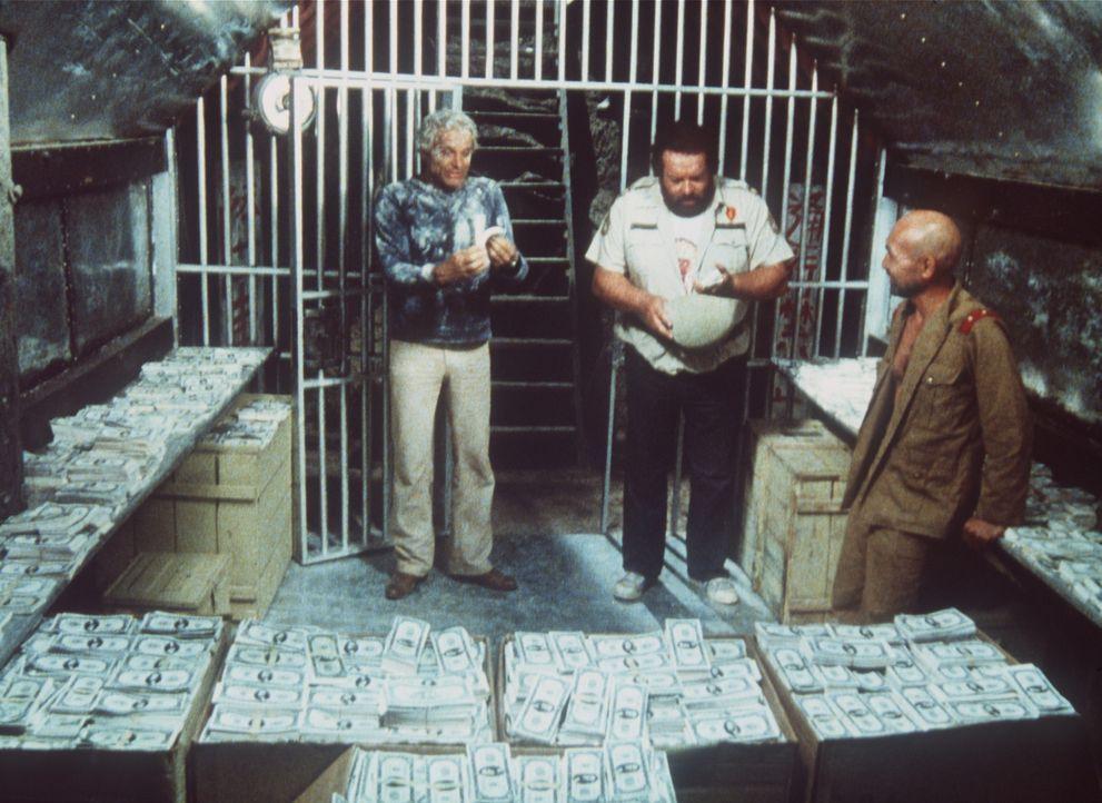 Immer noch hockt Kamasuka (John Fujioka, r.) auf einer Kriegskasse aus dem Zweiten Weltkrieg. Nun müssen Alan (Terence Hill, l.) und Charlie (Bud S...