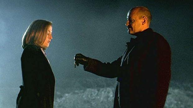 Scully (Gillian Anderson, l.) willigt in ein Treffen mit dem Schattenmann (Te...