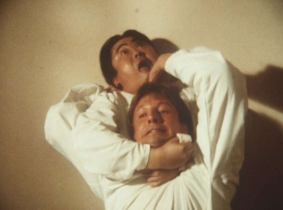 Lee (Bruce Boxleitner, vorne) beim Karate-Training mit Stanley Chow (Keone Young, hinten) ...