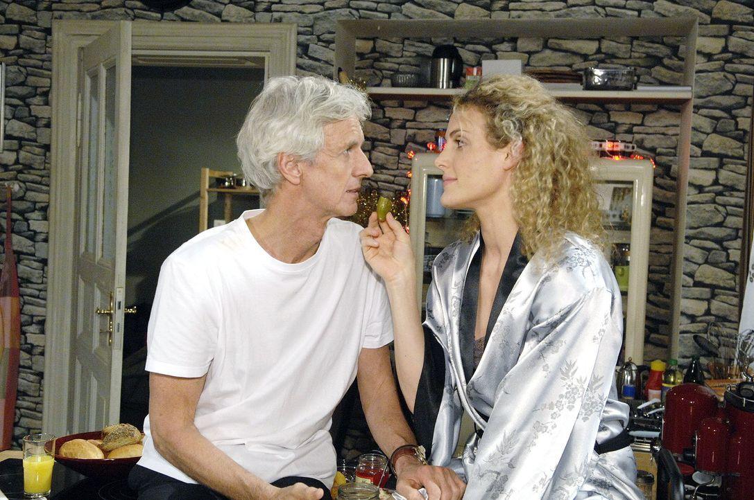 Wieder versöhnt: Robert (Mathieu Carrière, l.) und Maja (Barbara Lanz, r.) - Bildquelle: Claudius Pflug Sat.1