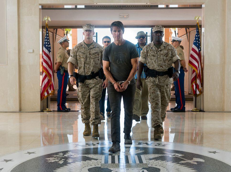 Vom Syndikat wird Ethan Hunt (Tom Cruise, M.) festgenommen, als er von einer heiklen Mission zurückkehrt. Die Organisation ahnt nicht, dass er sich... - Bildquelle: Keith Hamshere 2015 PARAMOUNT PICTURES. ALL RIGHTS RESERVED.