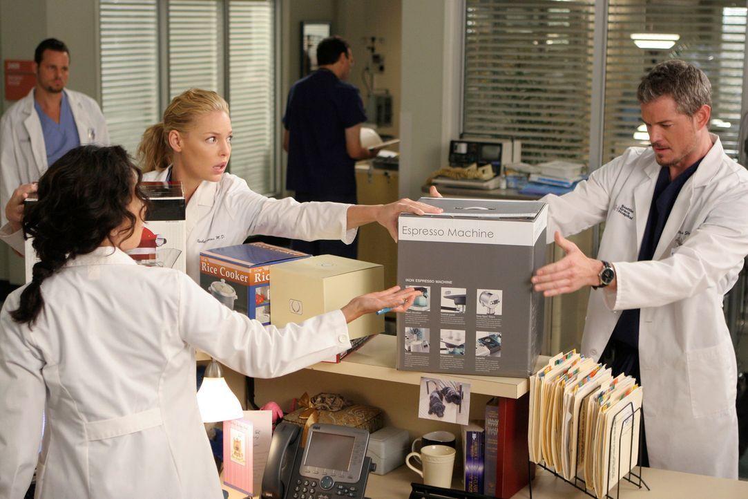 Cristina (Sandra Oh, 2.v.l.) versucht bei Mark (Eric Dane, r.), Izzie (Katherine Heigl, 3.v.l.) und Alex (Justin Chambers, l.) ihre Hochzeitsgeschen... - Bildquelle: Touchstone Television