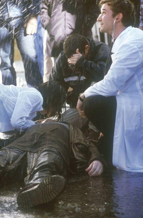 Vor der Notaufnahme leisten Dr. Carter (Noah Wyle, r.) und Chen (Ming-Na Wen, l.) Erste Hilfe. - Bildquelle: TM+  2000 WARNER BROS.