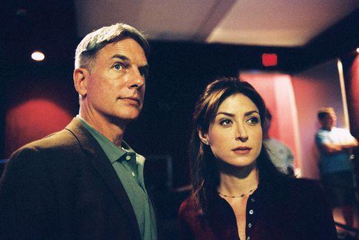 Navy CIS - Kate (Sasha Alexander, r.) und Gibbs (Mark Harmon, l.) untersuchen...