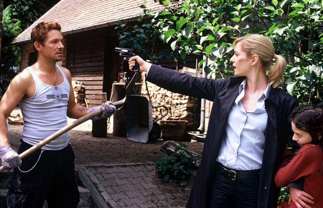 Susanna Beckert (Lisa Martinek, M.) will Hannah (Maral Schäfer, r.) von Pit (Andreas Herder, l.) wegbringen. - Bildquelle: Wolfgang Wehner Sat.1