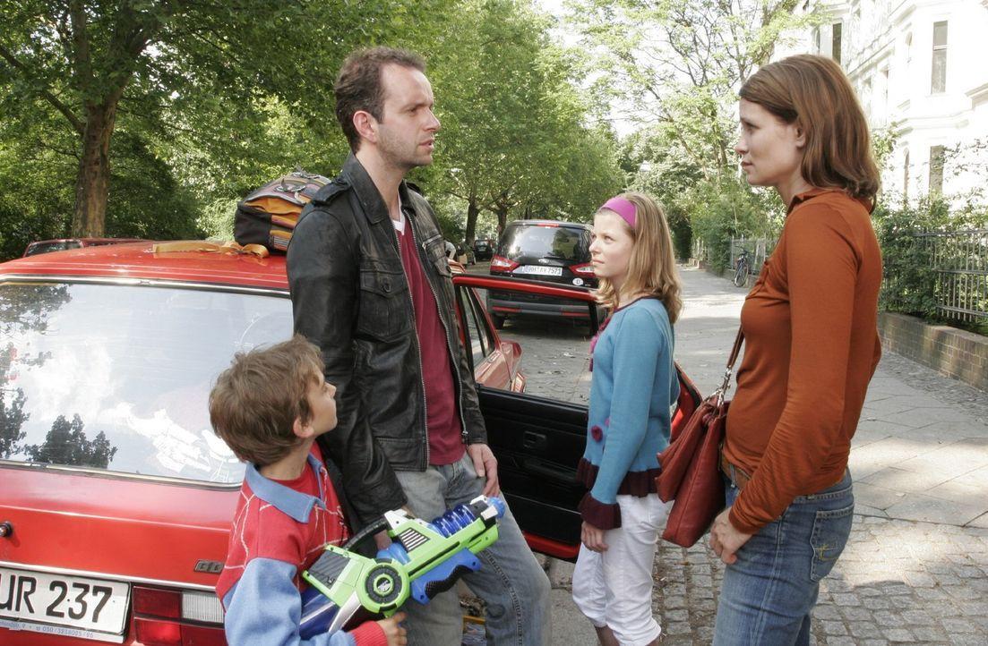 Ben (Joel Eisenblätter, l.) und Anna (Leonie Kahl, 2.v.r.) freuen sich, ihren Vater (Martin Thaler, 2.v.l.) zu sehen. Evas (Anja Kling, r.) Begeist... - Bildquelle: Sat.1