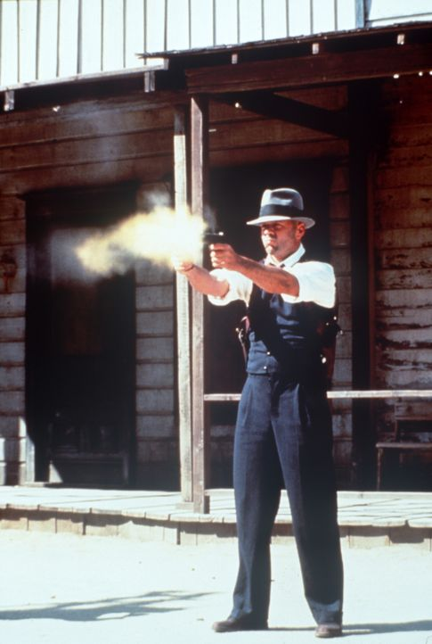 Geschickt versucht John (Bruce Willis), die beiden Gangsterbanden gegeneinander auszuspielen - und als er mit guten Worten nichts mehr erreicht, läs... - Bildquelle: New Line Cinema