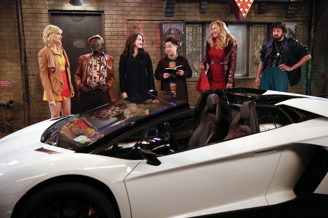 Als an Carolines (Beth Behrs, l.) Geburtstag plötzlich ein Lamborghini vor dem Diner steht, schmieden Earl (Garrett Morris, 2.v.l.), Max (Kat Dennin... - Bildquelle: Warner Bros. Television