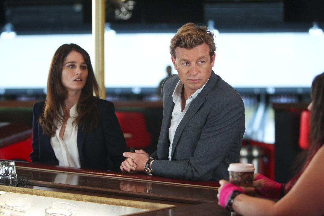Der FBI-Undercover-Agent Jeremy Geist wird erschossen. Jane (Simon Baker, r.) und Lisbon (Robin Tunney, l.) ermitteln, um den Täter schnellstmöglich... - Bildquelle: Warner Bros. Television