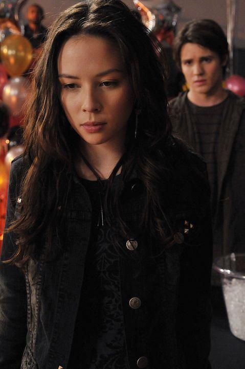 Jeremy (Steven R. McQueen, r.) fragt sich, was mit Anna (Malese Jow, l.) nicht stimmt. - Bildquelle: Warner Bros. Television