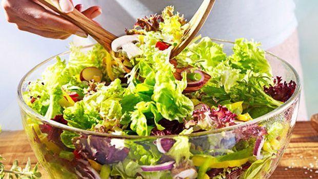 Bunter Sommer-Salat in Schüssel