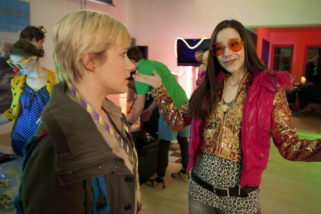 Emma (Kasia Borek, l.) will wieder gehen als sie erfährt, dass sie auf einer Party für Jenny ist. Doch kann sie Luzi (Selina Müller, r.) zu bleib... - Bildquelle: SAT.1