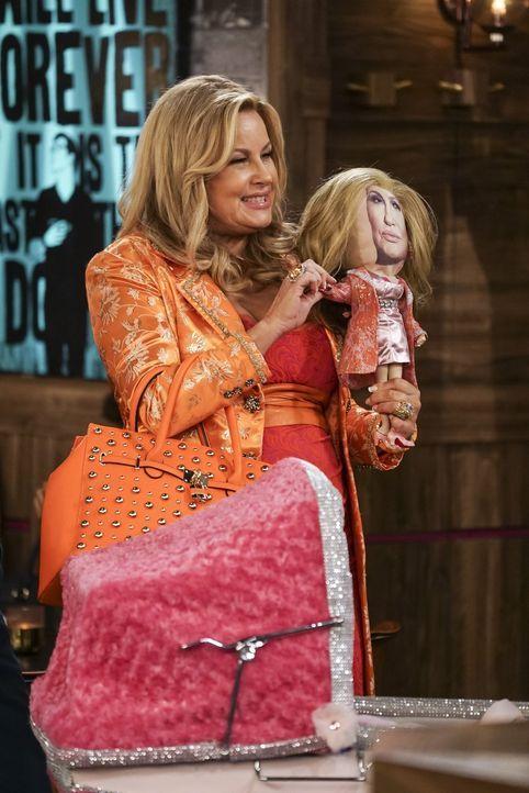 Um ihr Baby immer im Blick haben zu können, bastelt Sophie (Jennifer Coolidge) eine Puppe, die genauso aussieht wie sie und mit einer Kamera ausgest... - Bildquelle: Warner Bros. Television
