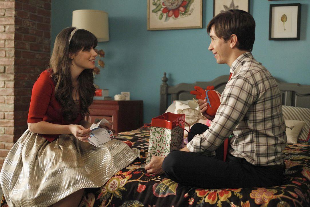 Jess (Zooey Deschanel, l.) wird total nervös, als sie ein teures Geschenk von Paul (Justin Long, r.) zu Weihnachten bekommt ... - Bildquelle: 20th Century Fox