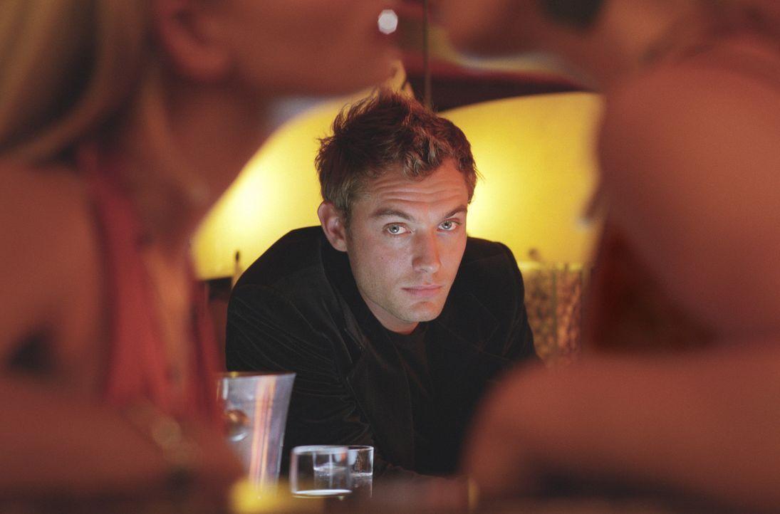 Der selbstverliebte Schönling Alfie (Jude Law) lebt nur für sich selbst und die Frauen ... - Bildquelle: Paramount Pictures