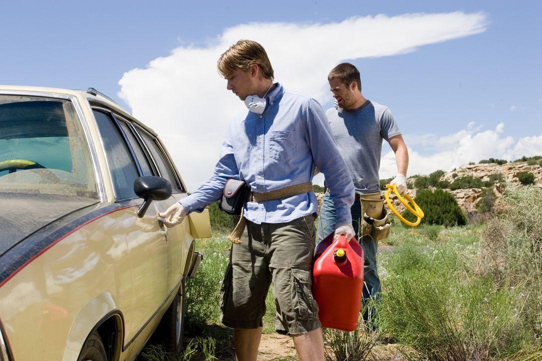 Nachdem ihr Auto eine Panne hat, beginnt für Danny (Lou Taylor Pucci, l.) und Brian (Chris Pine, r.) ein unermüdlicher Kampf ums Überleben, der v... - Bildquelle: 2006 Ivy Boy Productions Inc. - All Rights Reserved