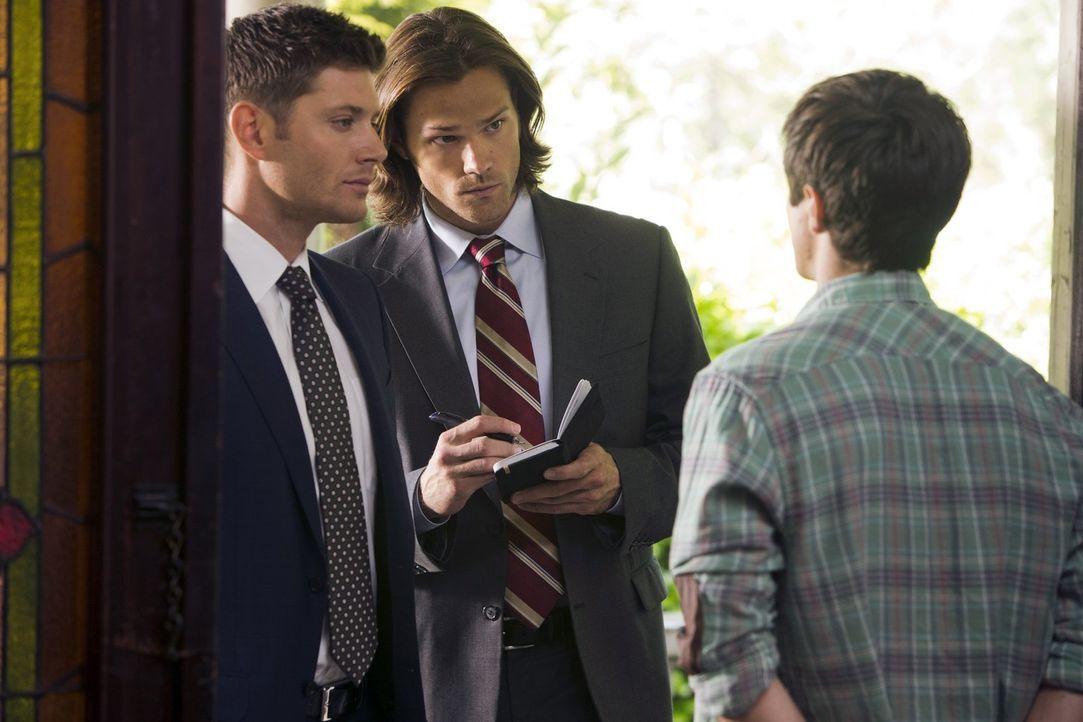 Dean (Jensen Ackles, l.) und Sam (Jared Padalecki, M.) versuchen, bei dem Studenten Brian (Leigh Parker, r.) wichtige Informationen zu bekommen, doc... - Bildquelle: Warner Bros. Television