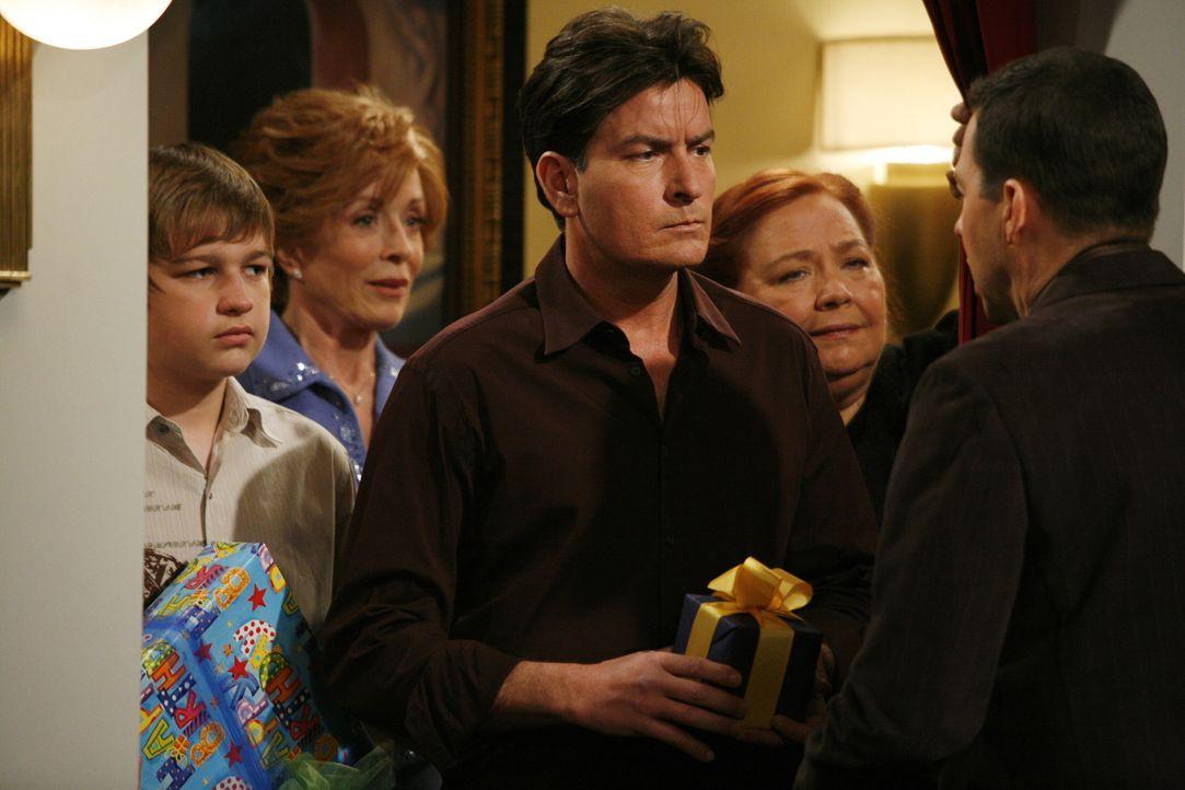Melissa arrangiert eine Geburtstagsparty für Alan (Jon Cryer, r.), zu der sein Bruder Charlie (Charlie Sheen, M.), seine Mutter Evelyn (Holland Tayl... - Bildquelle: Warner Brothers Entertainment Inc.