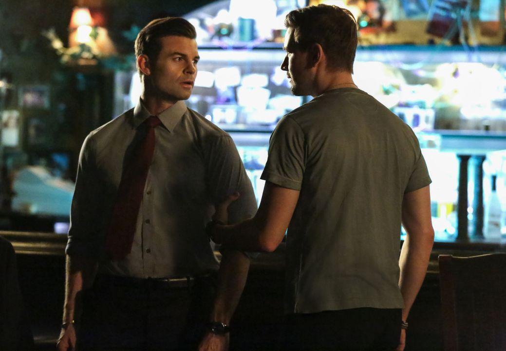 Elijah (Daniel Gillies, l.); Declan (Torrance Coombs, r.) - Bildquelle: Warner Bros.
