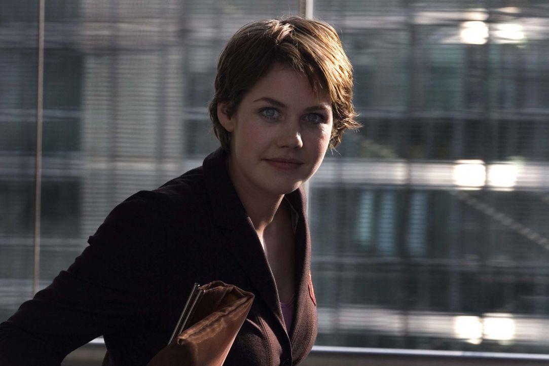"""Sara Braun (Felicitas Woll) hat das Herz am richtigen Fleck. Und sie nutzt ihre Chance, als neuer Vorstand """"Constanze Sernau"""" die Jobs ihrer Kollege... - Bildquelle: Larry D Horricks ProSieben"""