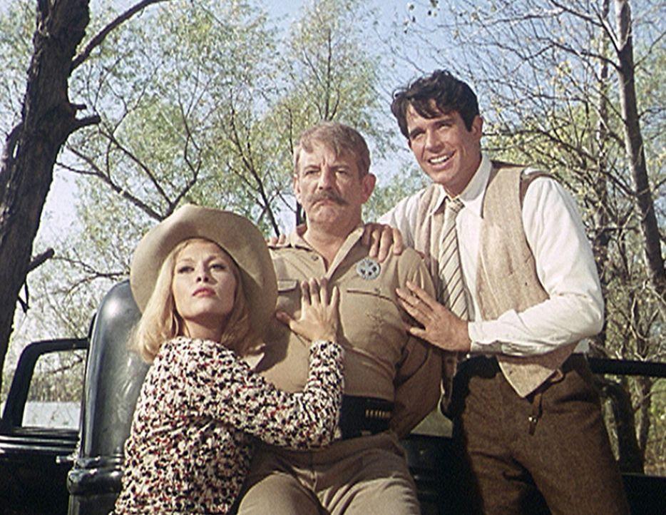 Bonnie (Faye Dunaway, l.) und Clyde (Warren Beatty, r.) posieren mit ihrer Beute, dem Sheriff Frank Hamer (Denver Pyle, M.), vor der Presse ... - Bildquelle: Warner Bros.