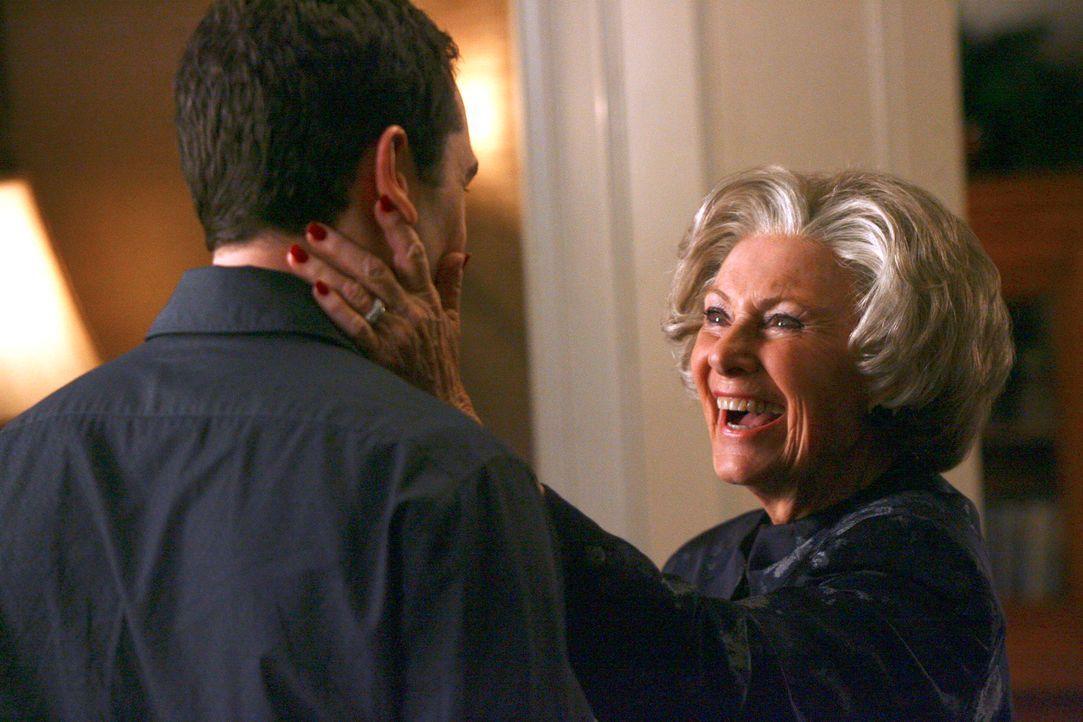 Die Überraschungsparty ist im vollem Gange: Ida (Marion Ross, r.), die nicht weiß, dass Kevin (Matthew Rhys, l.) schwul ist, löchert ihren Enkel... - Bildquelle: Disney - ABC International Television