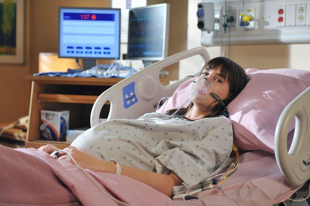 Kim (Sarah Hagan) kommt in Begleitung ihres Vaters in die Praxis, um sich wegen Rückenschmerzen untersuchen zu   lassen. Da der Vater sich eigenart... - Bildquelle: ABC Studios