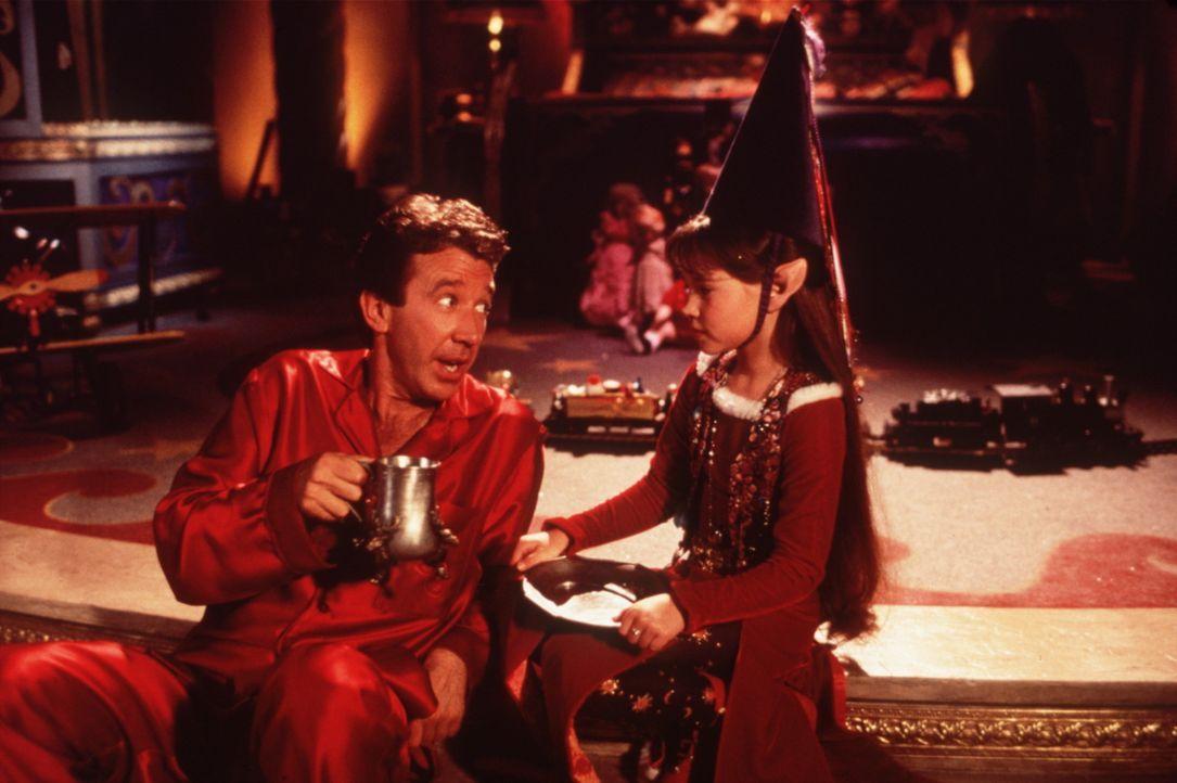 Setzen alles daran, dass Weihnachtsfest zu retten: Elfe Judy (Paige Tamada, r.) und Scott Calvin (Tim Allen, l.) ... - Bildquelle: Buena Vista Pictures