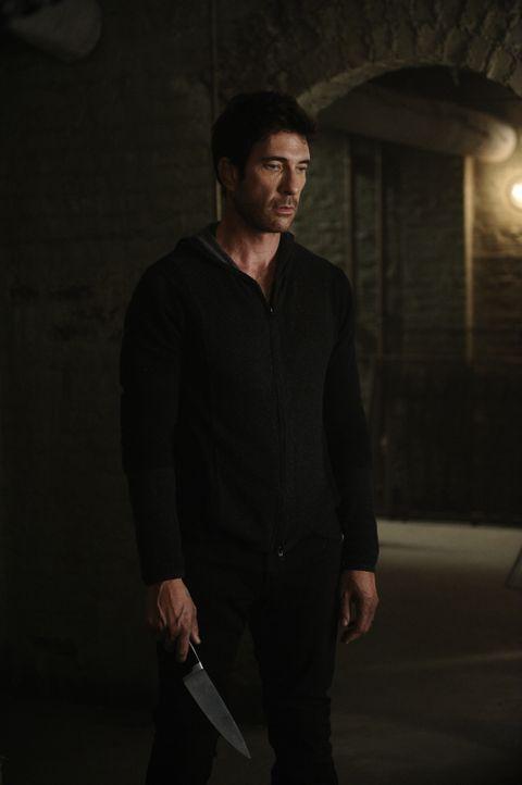 Mit einem Messer bewaffnet geht Ben (Dylan McDermott) in den Keller. Was wird ihn dort erwarten? - Bildquelle: 2011 Twentieth Century Fox Film Corporation. All rights reserved.